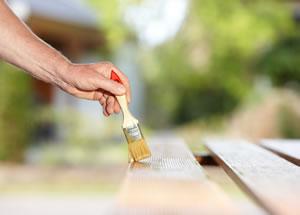 Holzpflege gegen Holzwürmer