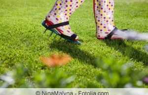 Rasen mit Schuhen lüften