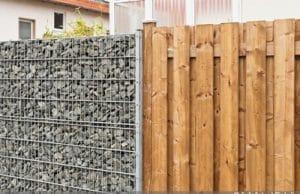 Windschutz Terrasse Holz und Stein