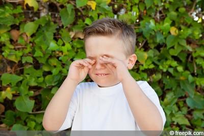 Kind reibt sich Augen