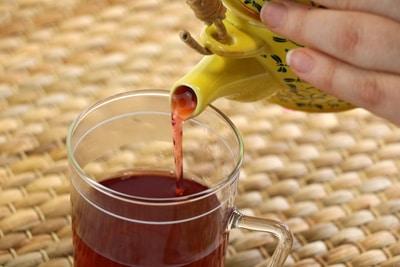 Pflanze gießen Tee