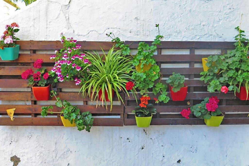Blumenwand befestigen