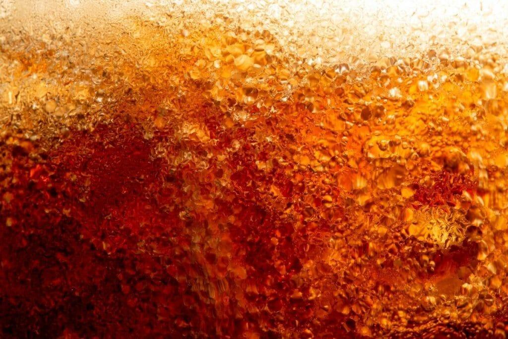 Moos von Steinen entfernen - Cola