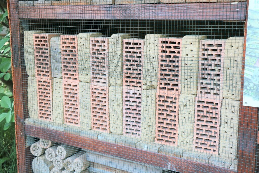 Insektenhotelfüllung mit Lehmziegel und Backstein