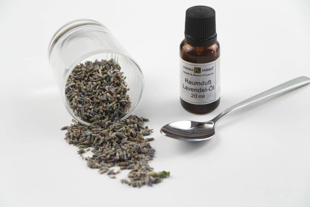 Speckkäfer bekämpfen - Lavendelöl und getrockneter Lavendel