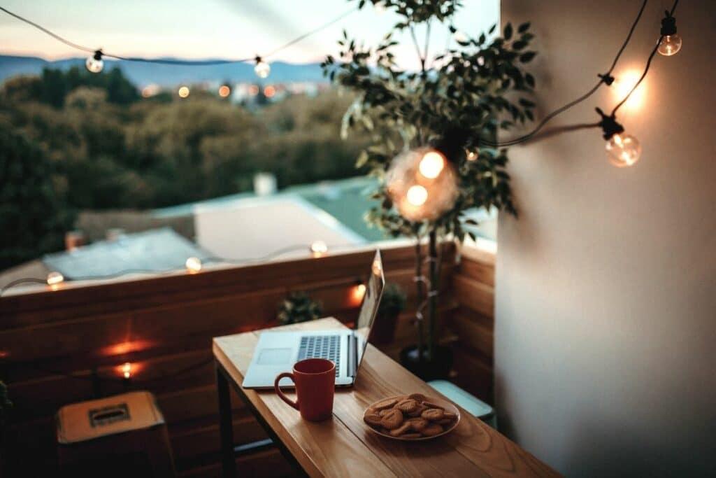 Lichterkette an kleinem Balkon
