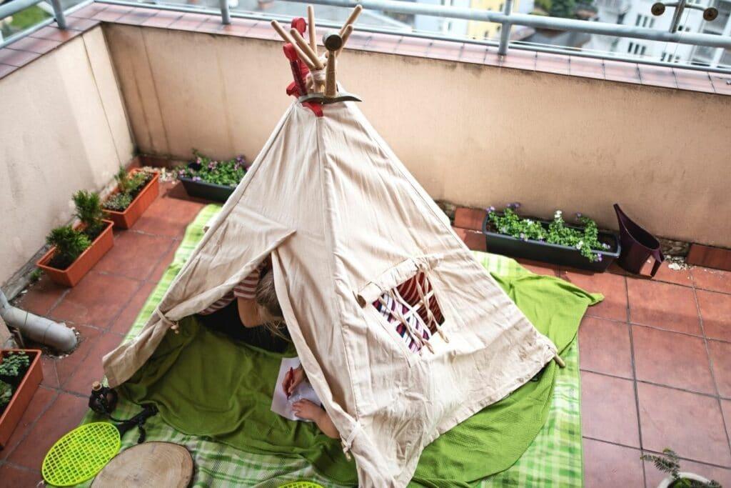 Indianerzelt auf kleinem Balkon