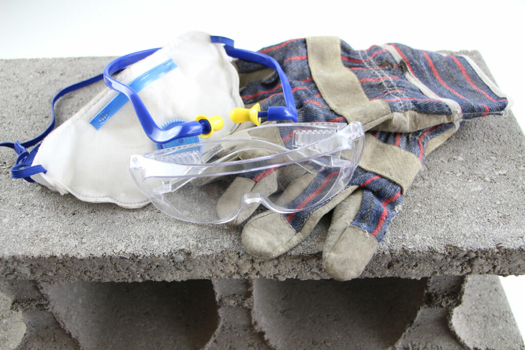 Schutzkleidung - Handschuhe, Schutzbrille und Atemschutz